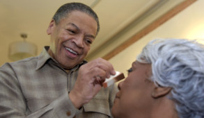 Reggie Wells, who was Oprah's makeup artist for more than two decades, puts makeup on Dorothy Lievers, 65, in Baltimore on March 16, 2017. (Algerina Perna/Baltimore Sun/TNS)